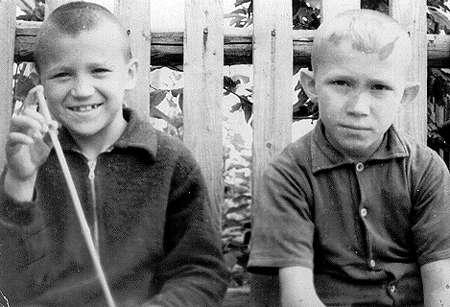 Детство у бабушки Лизы: я с братаном Сашкой на Замулановской улице. Пермь, Мулы.