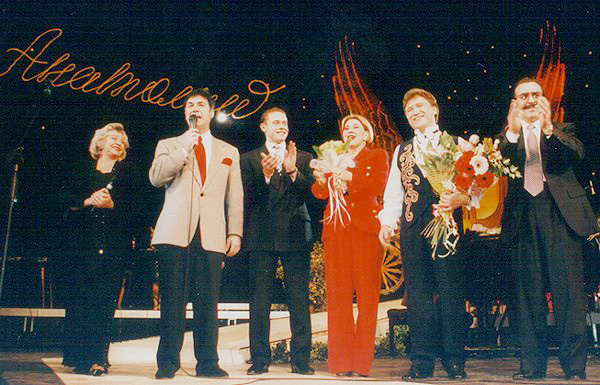 1995 г., «Золотая карета» в «России». Справа налево: Вилли Токарев, Анатолий Полотно, Люба Успенская, Павел Буре, ведущие концерта.